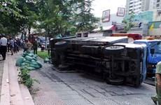 TP.HCM: Sập hố gas, xe tải lật ngang làm một phụ nữ tử vong