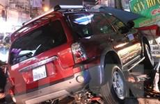 TP.HCM: Ôtô mất lái lao lên vỉa hè đâm 4 người nhập viện