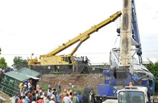 Bắc Giang: Tàu hỏa va chạm với xe tải chở đá, 5 toa bị lật