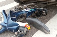 Xe máy bị cuốn vào gầm xe tải kéo lê 15m, một người tử vong