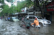 Đường phố Hải Phòng biến thành sông sau một trận mưa lớn