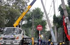 Xe container kéo đổ cột điện gây ùn tắc giao thông nghiêm trọng