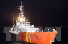 Đưa một thủy thủ tàu nước ngoài bị bệnh nặng về bờ cấp cứu