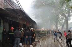 Hà Nội: Cháy lớn thiêu rụi nhiều kiốt tạp hóa ở ngã ba Biển Sắt