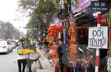 Tình trạng đổi tiền lẻ vẫn diễn ra công khai trước cổng đền, chùa