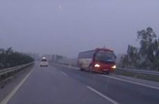 Xe khách Tiến Hồng đi ngược chiều trên cao tốc Nội Bài-Lào Cai