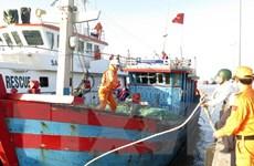 Kịp thời cứu các ngư dân bị sóng đánh chìm tàu ở Vịnh Bắc Bộ