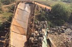 Xe tải chở cát làm sập cầu dân sinh, 3 người rơi xuống sông
