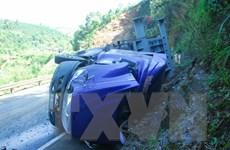 Lật xe tải khiến 3 người tử vong tại chỗ, 2 người bị thương