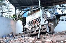 Xe đầu kéo mất lái đâm sập tường cảng Nhà Rồng-Khánh Hội