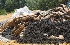 Lấy mẫu chất thải mà Formosa Hà Tĩnh đổ ra môi trường tự nhiên