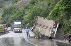 Lật xe tải gây ách tắc trên Quốc lộ 1A, đoạn qua Long An