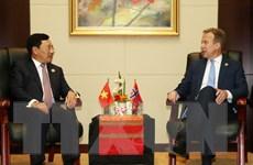 Phó Thủ tướng, Bộ trưởng Ngoại giao gặp người đồng cấp 3 nước
