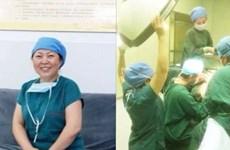Nữ y tá quỳ xuống nâng cao đèn phẫu thuật để cứu bệnh nhân