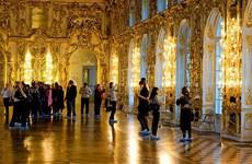 Du khách Trung Quốc tiểu tiện ngay trên sàn cung điện của Nga