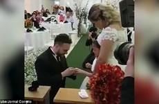 Con gái riêng 6 tuổi của cô dâu khóc nức nở khi được chú rể trao nhẫn