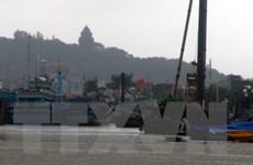 Tàu Cảnh sát biển đưa 8 thuyền viên gặp nạn về đảo Phú Quý