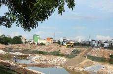 Phó Thủ tướng Vũ Đức Đam tham gia dọn rác tại hồ Linh Đàm