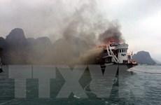 Cháy tàu du lịch chở 14 du khách nước ngoài trên vịnh Hạ Long