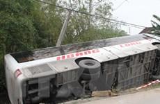 Lật xe khách chở 40 người tại Nghệ An, nhiều người bị thương