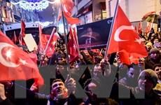 Người biểu tình hạ cờ Hà Lan tại lãnh sự quán ở Istanbul