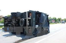 Lật xe tải chở máy gặt lúa, giao thông Quốc lộ 1A tắc nghẽn