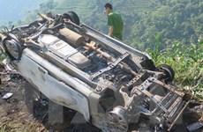 Xe con mất lái đâm vào cột mốc, 3 người thương vong