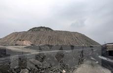 Quảng Ninh: Lấy đất đá từ bãi thải than để san gạt mặt bằng