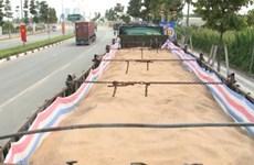 Bình Dương: Đoàn xe tải chở cát không nguồn gốc ngang nhiên diễu phố