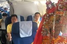 Kỳ lạ chuyện ba bức tượng thần đi máy bay hạng thương gia