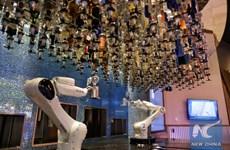 Quán bar đầu tiên trên đất liền sử dụng robot để pha chế đồ uống