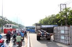 Xe container lật đè lên xe buýt và xe máy, hành khách hoảng loạn