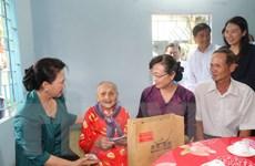 Chủ tịch Quốc hội thăm và tặng quà gia đình chính sách tại TP.HCM