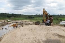 Bắt quả tang 4 tàu khai thác cát trái phép trên sông Hồng