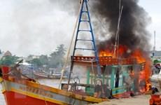 Tàu cá đang sửa chữa bất ngờ phát hỏa, bốc cháy dữ dội