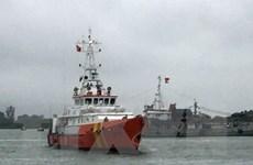 Cứu nạn thành công 12 ngư dân trong điều kiện thời tiết nguy hiểm