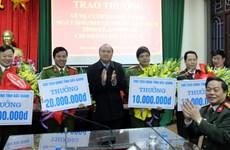 Trao thưởng 4 tập thể bắt đối tượng cướp ngân hàng tại Bắc Giang