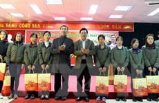 Phó Thủ tướng tặng quà gia đình chính sách tại Thái Nguyên
