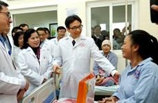 Phó Thủ tướng Vũ Đức Đam thăm bệnh nhân ung thư tại Bệnh viện K