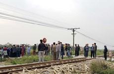 Hà Nội: Vượt rào chắn, một người đi bộ bị tàu hỏa đâm
