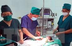 Cứu sống bé gái sơ sinh bị dị tật hở thành bụng hiếm gặp