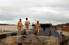Phát hiện 5 tàu khai thác cát trái phép trên sông Thu Bồn