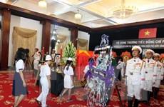 Các đại biểu và người dân đến viếng nguyên Thủ tướng Phan Văn Khải