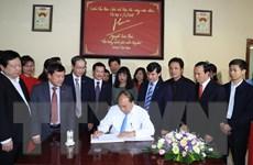 [Photo] Thủ tướng đến thăm công ty cổ phần gốm Chu Đậu