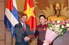 Chủ tịch Quốc hội nhận Huân chương Đoàn kết của Hội đồng Nhà nước Cuba