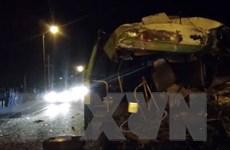 Nghệ An: Xe khách đâm xe tải trong đêm, 6 người bị thương