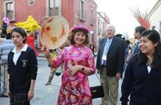 Hình ảnh áo dài và nón lá Việt Nam nổi bật trên đường phố Mexico