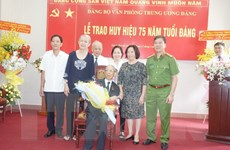 Nguyên Bí thư TW Đảng Trần Quốc Hương nhận Huy hiệu 75 năm tuổi Đảng