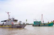 Bắt giữ tàu vận chuyển 55.000 lít dầu không rõ nguồn gốc