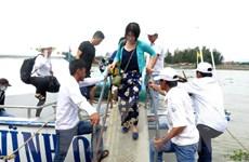 """Điều 8 tàu cao tốc đưa các du khách """"mắc kẹt"""" ở Lý Sơn vào đất liền"""